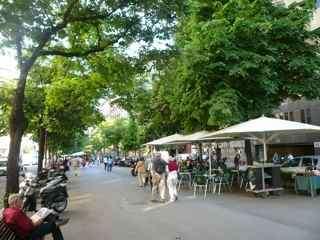 On La Rambla de Catalunya, Praktik is in the center of it all